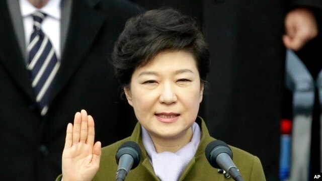 Presiden baru Korea Selatan, Park Geun-hye diambil sumpahnya di gedung Majelis Nasional di Seoul (25/2).