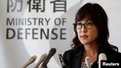 日本新任防卫大臣稻田朋美在东京的一个记者会上回答问题。 (2016年9月9日)