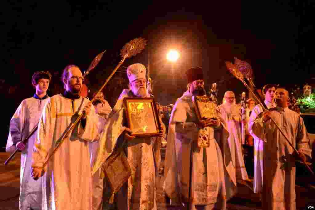Духовенство храма в праздничных одеждах. В центре отец Виктор Потапов – протоирей собора святого Иоанна Предтечи