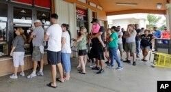 Residentes de Hialeah, Florida, hacen fila para comprar café cubano y alimentos en un restaurante, luego del paso del huracán Irma. Sept. 11 de 2017.