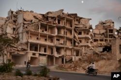 Idlib'e bağlı Ariha kasabasında hava saldırısında yıkılan bir bina