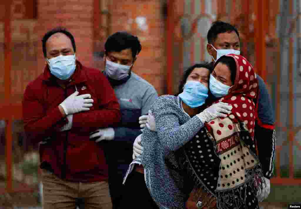 Koronavirus qurbonining yaqinlari. Katmandu, Nepal.