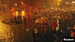 北京暴雨下汽車漂流在街上