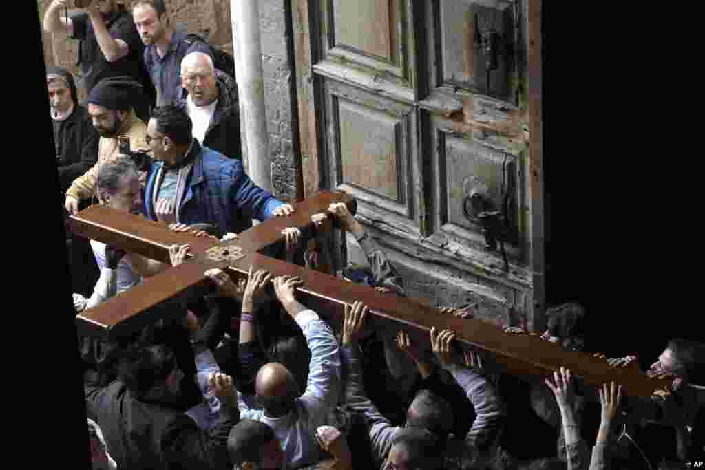 Peregrinos cristianos asisten a la procesión de Viernes Santo en Jerusalén. Foto AP.