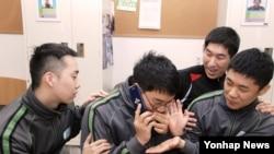 한국 국방부는 지난 2016년 1월부터 전군 병영 생활관에서 병사 수신용 공용 휴대폰 운용을 시작한다고 밝혔다. 장병들이 '병사 수신용 공용 휴대전화'로 통화를 하고 있다.