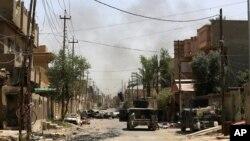 지난 27일 이라크 군이 팔루자 탈환 작전을 벌인 가운데, 시가지에서 검은 연기가 피어오르고 있다. (자료사진)