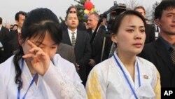 김정일 위원장 동상제막식에서 눈물 흘리는 여성 안내원.