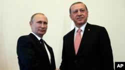 Tổng thống Nga Vladimir Putin (trái) chào đón Tổng thống Thổ Nhĩ Kỳ Recep Tayyip Erdogan tại cung điện Konstantin, St. Petersburg, Nga, 9/8/2016.