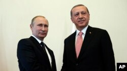 Presiden Rusia Vladimir Putin (kiri) menyambut Presiden Turki Recep Tayyip Erdogan di istana Konstantin di St.Petersburg, Rusia, Selasa (9/8).