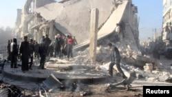 23일 정부군으로부터 통폭탄 공격을 받은 알포레 사고현장을 사람들이 조사하고 있다.