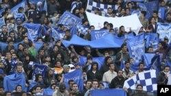 Para pendukung tim sepak bola Iran, Esteghlal, memegang bendera tim favorit merekadi stadion Azadi (Freedom), Teheran, Iran, 9 Desember 2011. (Foto: dok).