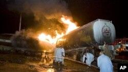 اسلام آباد کے قریب نیٹو آئل ٹینکروں کو لگی آگ بجھانے کی کوششیں