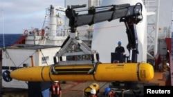 Phi hành đoàn trên tàu Ocean Shield của Úc triển khai tàu ngầm Bluefin-21 của hải quân Mỹ để tìm kiếm máy bay Malaysia mất tích ở Ấn Ðộ dương, ngày 14/4/2014.