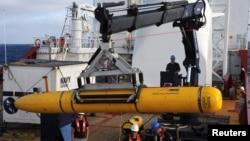 """澳大利利亚海军""""海盾号""""上的人员将美国海军的""""蓝鳍-21""""放置印度洋海底搜寻失踪马航MH370班机(2014年4月14日)"""