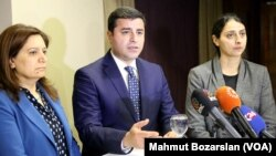 Avrupa Parlementosu'ndan bir heyetle Diyarbakır'da bir araya gelen Halkların Demokratik Partisi Eş Genel Başkanı Selahattin Demirtaş, toplantının ardından gazetecilerin sorularını yanıtladı.