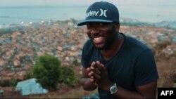Emmerson Bockarie, le chanteur en entretien avec des journalistes, à Freetown, le 24 mars 2018.
