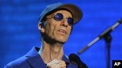 Robin Gibb, tampil dalam suatu latihan menjelang pertunjukkannya di Jerman (Foto: dok). Penyanyi 'The Bee Gees' ini sempat koma pekan lalu dan dirawat di sebuah rumah sakit di London.