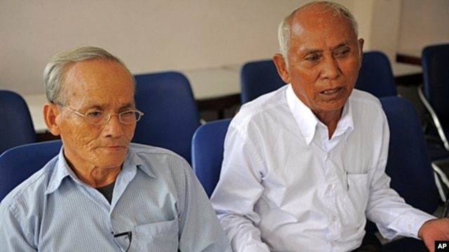 Cambodian survivors of the Khmer Rouge's infamous Tuol Sleng prison, Bou Meng (L) and Chum Mey (R), sit at the home of prominent Cambodian artist Vann Nath in Phnom Penh, (File September 5, 2011).