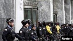 Cảnh sát Chicago chặn lối vào toà nhà Water Tower Place trong cuộc biểu tình chống bạo lực cảnh sát ở Chicago, Illinois, ngày 24/12/2015.