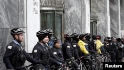 Policija Čikaga blokira ulaz u jednu od zgrada tokom protestne šetnje, pre tri dana