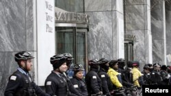 La police de Chicago protège l'entrée d'un immeuble pendant une mars de protestation contre la violence policière à Chicago, Illinois le 24 décembre 2015.