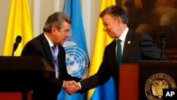 El presidente de Colombia, Juan Manuel Santos, da la mano al embajador Elbio Rosselli, Representante Permanente de Uruguay ante las Naciones Unidas, luego de una declaración conjunta en el palacio presidencial en Bogotá, Colombia, el jueves 4 de mayo de 2017.