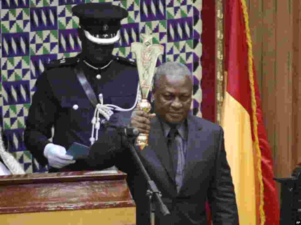 Makamu rais Ghana John Mahama is sworn in as new President of Ghana in parliament after the passing of the late Ghana President John Atta Mills in Accra, July 24, 2012.