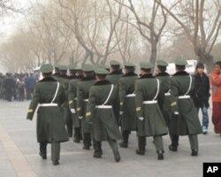 武警士兵列队行进