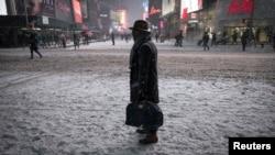Suasana di Times Square, kawasan Manhattan, New York, saat dilanda salju Senin (26/1) malam.