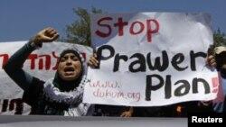 Beduinos protestan contra el proyecto de ley frente al parlamento israelí, el Knesset, en Jerusalén.