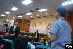 马英九和中国医药大学学生进行座谈 (美国之音张佩芝拍摄)