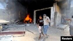 Một người Palestine bị thương được dìu đi sơ tán sau một cuộc không kích của Israel, theo lời cảnh sát, vào một ngôi nhà ở Rafah ở miền nam Dải Gaza, ngày 20 tháng 7, 2014.
