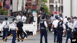 حملے کے بعد جائے واقعہ پر پولیس اہلکار موجود ہیں۔