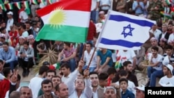 Nümayişçi əlində İsrail və kürd bayraqları dalğalandırır
