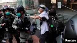 香港防暴警察在中环驱散利用午餐时间抗议示威的民众。(2020年5月27日)