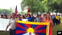 為達賴喇嘛慶生隊伍游行至美國國會附近