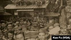 日本战败后奴工营解放时的美军战俘 (美国之音国符翻摄档案照)