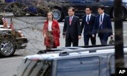 11일 비공개로 워싱턴을 방문한 정의용 한국 청와대 국가안보실장(왼쪽에서 두 번째)이 백악관 직원의 안내를 받으며 백악관 웨스트윙으로 걸어가고 있다.