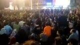 گروهی از مردم در شهر بهبهان با نشستن روی زمین، خیابان را بستند.