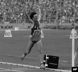 Bruce Jenner melompat dengan bangga setelah memenangkan medali emas untuk Dasalomba Olimpiade di Montreal, Kanada, 30 Juli 1976.
