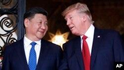 美國總統川普和中國國家主席習近平在佛羅里達州棕櫚灘海湖庄園晚宴前合影。
