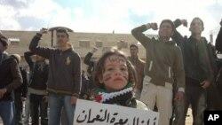 Idlib viloyatida hukumatga qarshi namoyishga chiqqan yoshlar
