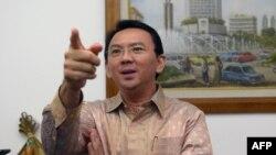"Gubernur Jakarta nonaktif Basuki ""Ahok"" Tjahaja Purnama berbicara dengan wartawan di Balai Kota. (Foto: Dok)"