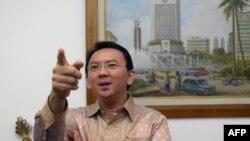 រូបឯកសារ៖ អភិបាលក្រុង Jakarta ប្រទេសឥណ្ឌូនេស៊ី លោកBasuki Tjahaja Purnama ឬដែលគេស្គាល់តាមរយៈឈ្មោះហៅក្រៅថា«Ahok» ថ្លែងទៅកាន់ក្រុមអ្នកសារព័ត៌មាននៅការិយាល័យរបស់លោកក្នុងទីក្រុង Jakarta កាលពីថ្ងៃទី១៤ ខែសីហា ឆ្នាំ២០១៤។
