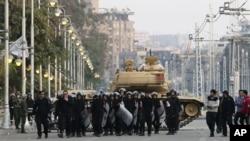 Cảnh sát chống bạo loan và xe tăng của quân đội Ai Cập trước dinh tổng thống trong thủ đô Cairo, 16/12/12