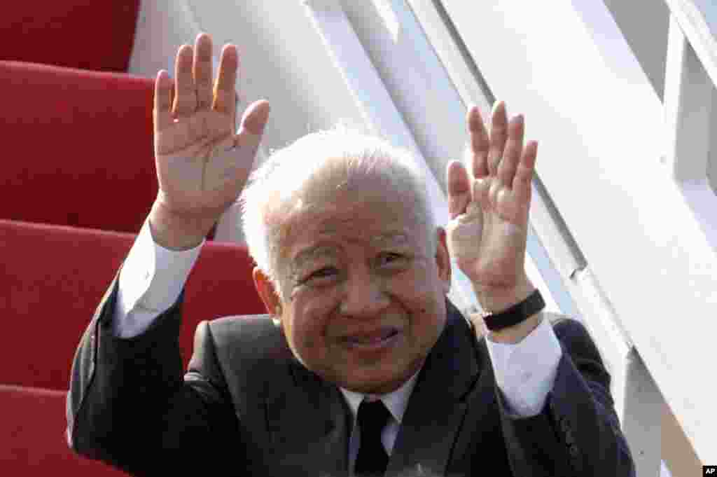 Cambodia's King Norodom Sihanouk waves at Phnom Penh airport prior to his departure for China, January 19, 2004.