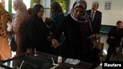 ایک مصری خاتون ریفرنڈم میں ووٹ ڈال رہی ہے۔ 15 دسمبر 2012