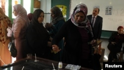 埃及选民12月15日在亚历山大的一个投票站投票