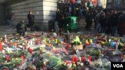 Memorial untuk para korban terorisme di Brussels. (VOA/H. Murdock)