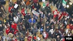Las protestas contra las medidas propuestas por el gobernador de Wisconsin, continúan en el propio capitolio estatal.